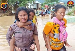 Aksi Polwan Evakuasi Korban Banjir di Labuan Bajo Tunai Pujian