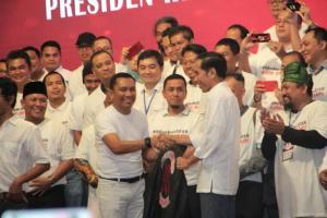 Wakili Aktivis 98, Ansy Lema Kenakan Jaket 98 ke Presiden Jokowi