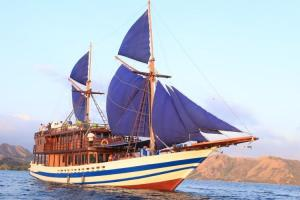 Kapal Pinisi KM Lexxy Terbakar di Labuan Bajo, Owner Anjani Trip Minta Maaf