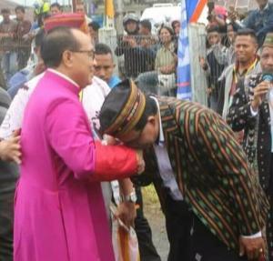 Momen Bupati Deno Cium Cincin hingga Payungi Mgr Siprianus Hormat