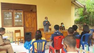 Wabup Victor Berikan Sembako Bagi Pelaku Perjalanan di Kecamatan Reok