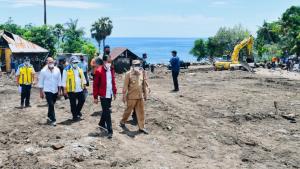 156 Pengungsi Jalani Perawatan akibat Lelah Tunggu Jokowi di Flotim