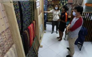 Pengrajin Tenun Lokal di Mabar Butuh Regenerasi Kaum Muda